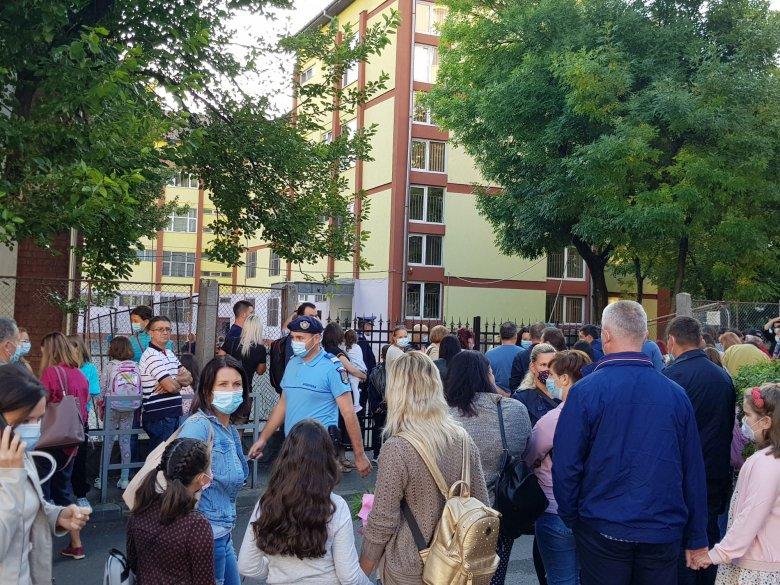 Rendkívüli módon indult a tanév, tömegbe verődött szülők az iskolák előtt, máris van fertőzött magyar diák Kolozs megyében