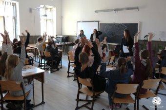 A mesék világán keresztül tanulni: csoportos vetélkedő általános iskolás diákok számára