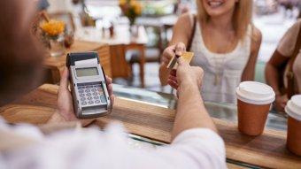 Változó bankolási szokások: egyre többen fizetnek kártyával vagy okostelefonnal