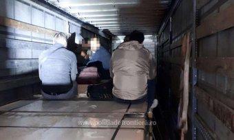 Csaknem hetven migráns próbált átjutni Magyarországra egy kamion rakodóterében
