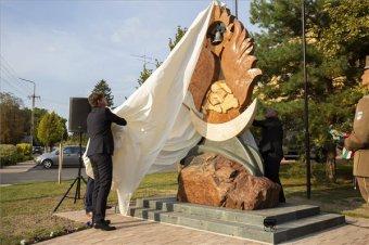 """""""Magyarország ma erősebb, mint az elmúlt száz évben bármikor"""" – Újabb Trianon-emlékművet avattak az anyaországban"""