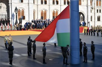 Államalapítás ünnepe: felvonták a nemzeti lobogót a magyar parlament előtt