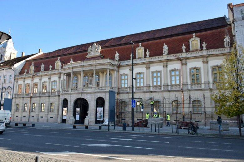 Képeken Kolozsvár egyik ékessége, a megújult Bánffy-palota