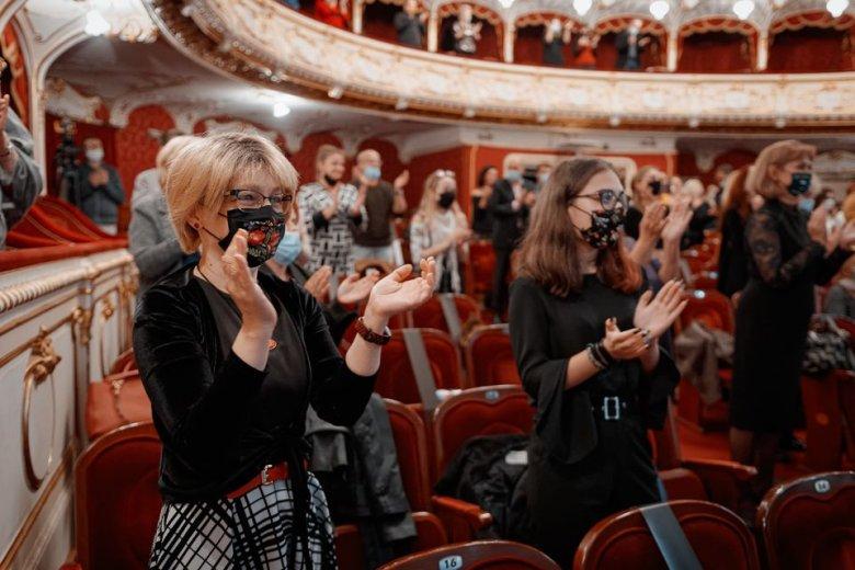 """Füstfelhő, vízben tocsogó színészek: Hamlet, ünnepi """"szellőztetéssel"""" Váradon"""