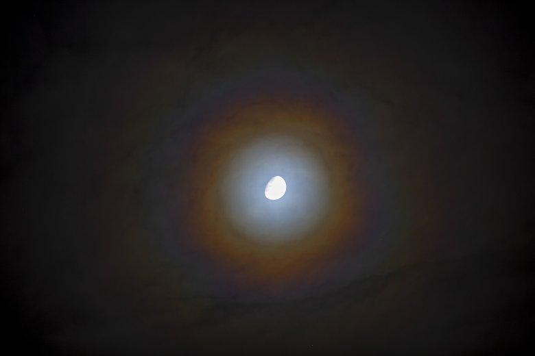 Képen a Hold körüli halojelenség