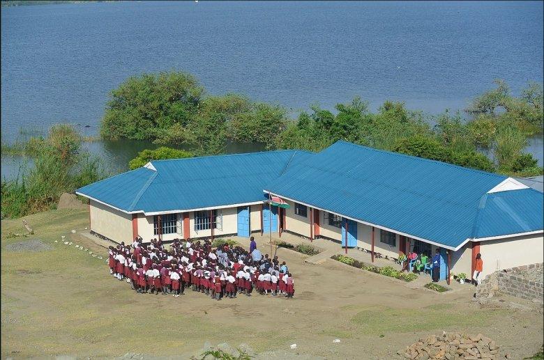 Emberi körülmények kenyai diákoknak: adományozni lehet afrikai gyermekek iskoláztatására