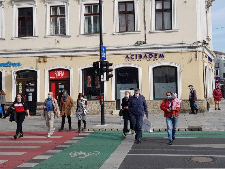 """Vaskos álhír kering a romániai sajtóban a kötelező szabadtéri maszkviselés strasbourgi """"tiltásáról"""""""