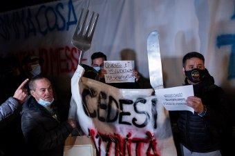 Egymásnak feszültek a zárlat ellen tüntetők és a rendőrök Rómában