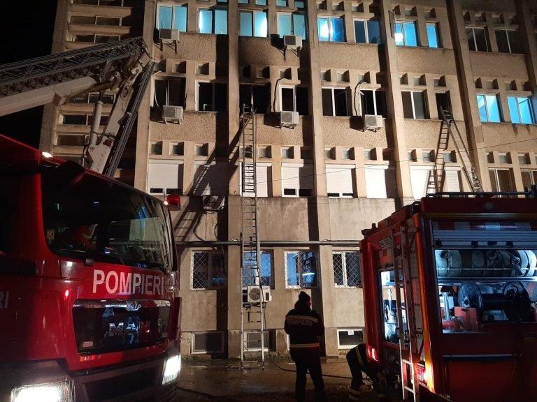 Tűz ütött ki a Piatra Neamţ-i megyei kórház intenzív osztályán, tíz beteg meghalt