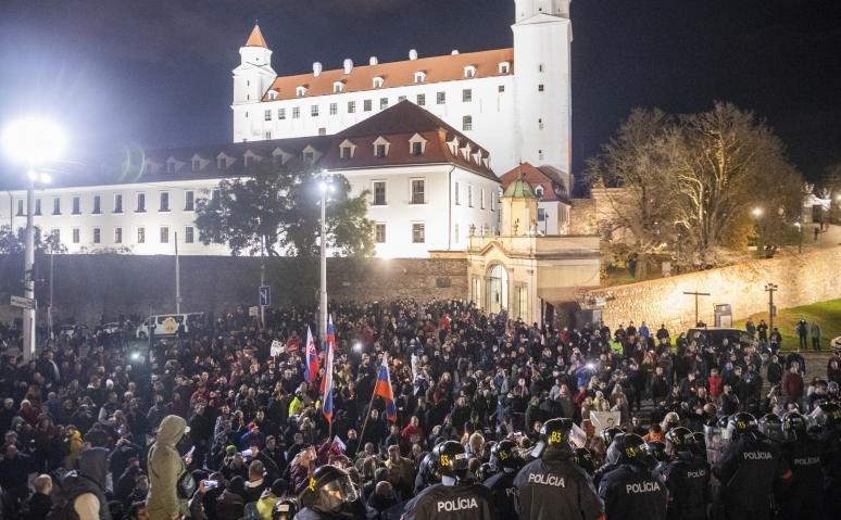 Több ezren tüntettek Szlovákiában a járványügyi intézkedések ellen