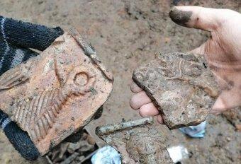Fél évezrede kihűlt kályhák kerülnek elő: gazdag középkori leletanyagot tárnak fel a régészek Szatmárnémeti központjában