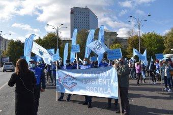 """Ötvenezren fizetés nélkül: tüntetnek, lemondást követelnek a """"hátrányos helyzetű"""" szociális munkások"""