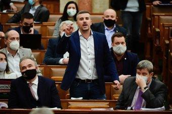 Sokba került a parlamentbe bevitt zsák krumpli a jobbikos képviselőnek