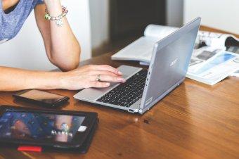 Sugárzás miatti veszélyességi pótlékot kérnek a pedagógusok az online oktatás miatt