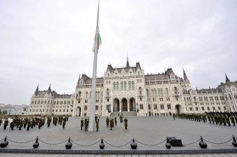 Nemzeti gyásznap: félárbocon a nemzeti lobogó az Országház előtt