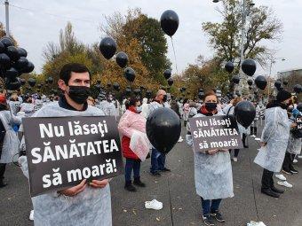 Az egészségügyi és a munkaügyi tárca előtt tiltakoztak a Sanitas képviselői