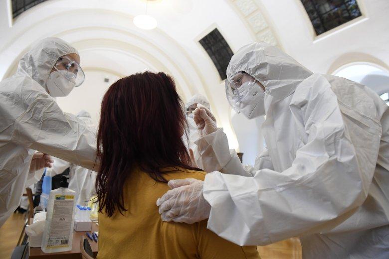 Több mint háromezer új fertőzött, közel tízezer elvégzett teszt