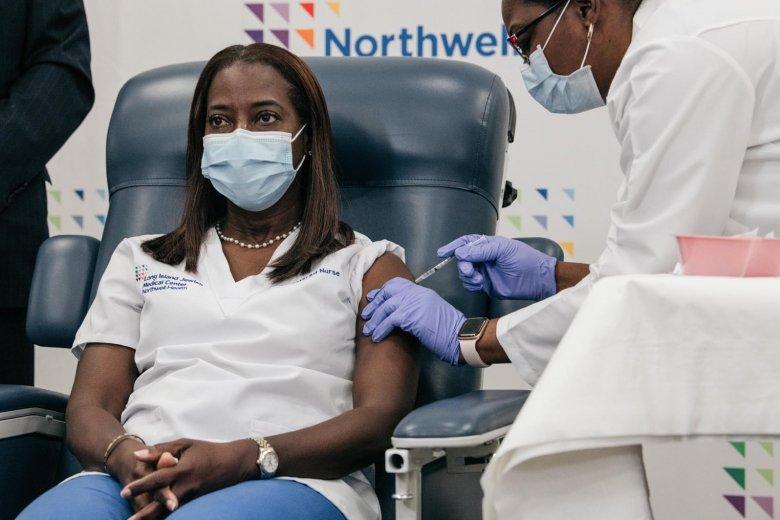 Tömeges oltás: New York-i ápolónő kapta meg a vakcinát elsőként az Egyesült Államokban