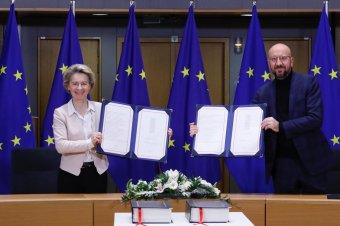 Szentesítették a brit-uniós kereskedelmi és egyéb kapcsolatok feltételeit rögzítő megállapodást
