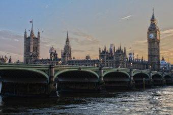 Nyitnak a boltok, a szépségszalonok, a vendéglátó- és fürdőhelyek Nagy-Britanniában