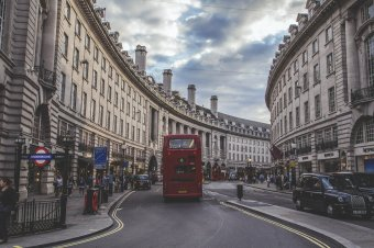 Jelentősen enyhültek a korlátozások Angliában, nyitnak az éttermek, szállodák, mozik, színházak
