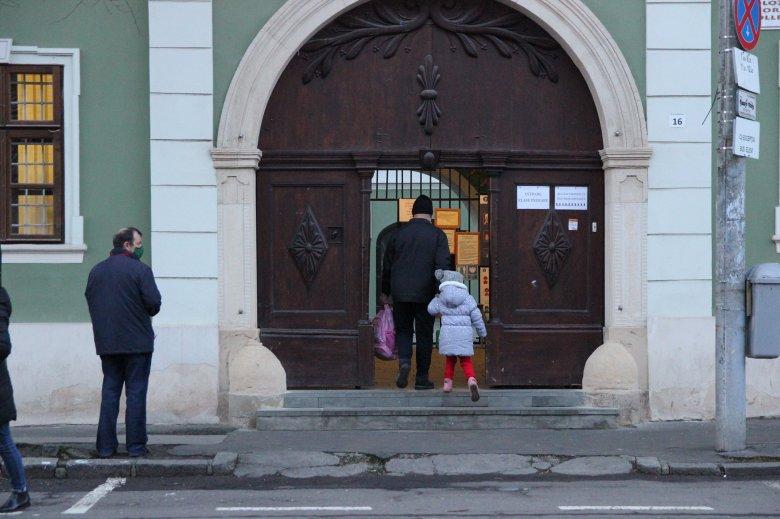 Hivatalos: jelenléti oktatás a felzárkóztató órákon és a végzősök számára, összevontak két forgatókönyvet