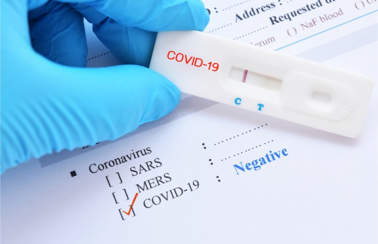Hamis negatív PCR-teszteket áruló személyszállító cégekre csapott le a rendőrség