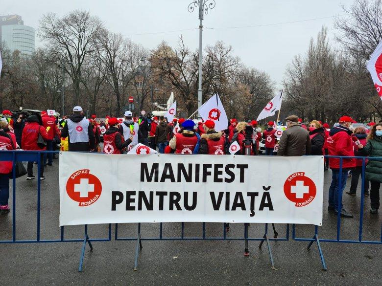 A korlátozott létszámra fittyet hányó tüntetéssel fenyegetőzik a béreket féltő Sanitas