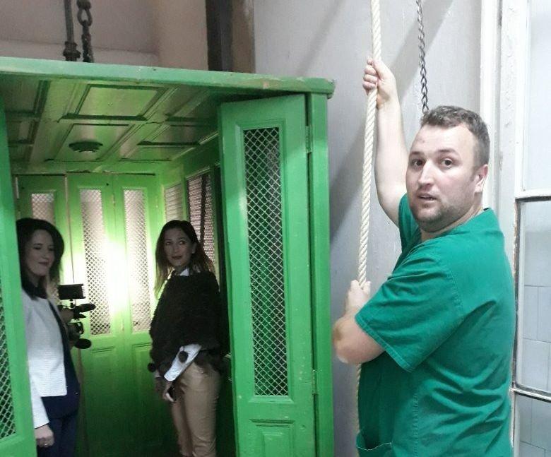 Muzeális értékű kórházi liftek – Segesváron 125 év után kicserélnék a kézi meghajtású felvonókat