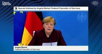 Merkel az online davosi fórumon: tisztázni kell az egymás ügyeibe avatkozás fogalmát