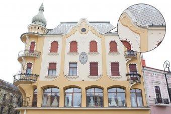 Máris mállik a vakolat a felújított nagyváradi szecessziós palotáról