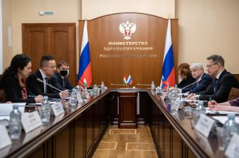 Szijjártó: Magyarország nagy mennyiségben vásárol orosz oltóanyagot (VIDEÓ)