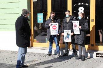 Remény nélkül: az üres lokálok előtt tiltakoztak a korlátozások ellen a kolozsvári vendéglátósok – KÉPRIPORT