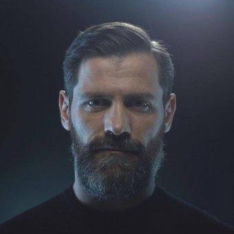 Előzetes letartóztatásban az utcán nőket molesztáló, nemi erőszakot elkövető román színész, reklámarc
