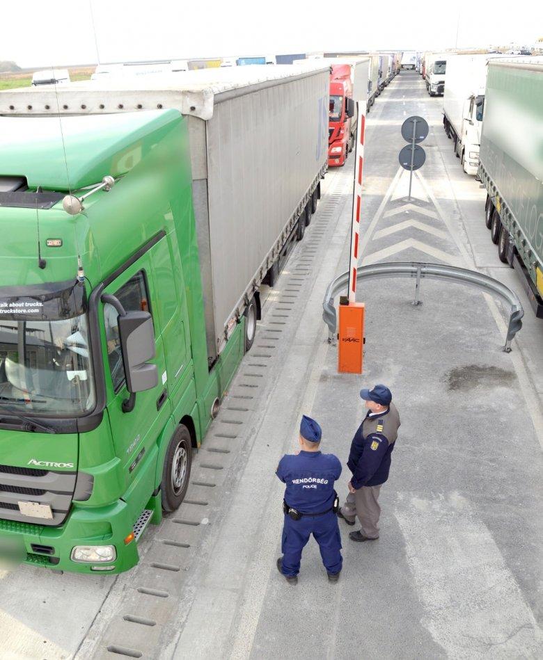 Harmincöt határsértőt találtak egy román kamionban Nagylaknál