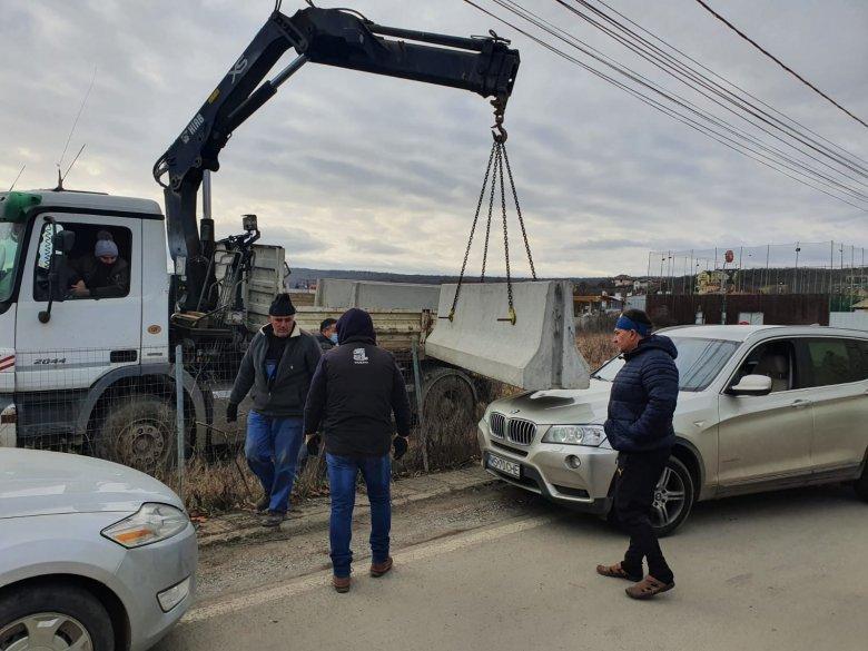 Erődemonstrációt tartottak a tömbházépítők és a tiltakozók Koronkán – Nehezen, de közbelépett a rendőrség (VIDEÓVAL)