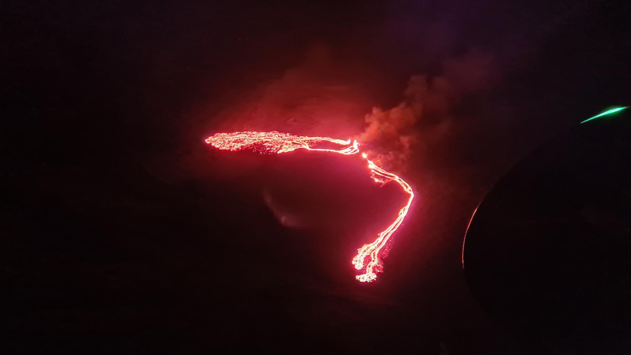 Vörösre festette az égboltot a Reykjavík közelében felszínre tört láva