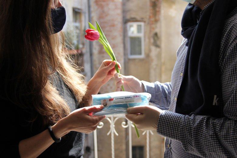 Villámakció harmadszorra: virágokat ajándékoztunk és közel húszezer orvosi maszkot osztottunk szét