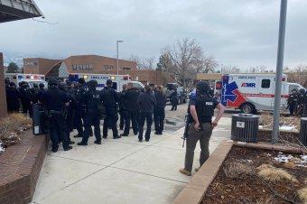 Tíz embert, köztük egy rendőrt lőtt agyon egy gépkarabéllyal felfegyverkezett ámokfutó Coloradóban
