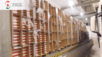 """Tízmillió szál hamis """"piros Marbi"""": félmillió doboz cigarettát találtak a pénzügyőrök Nagylaknál"""