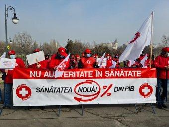 A parlament előtt tüntetnek az egészségügyi dolgozók a költségvetés megvitatása idején