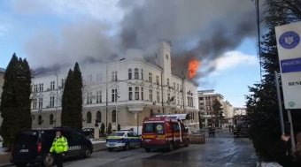 Lángokban áll a suceavai közigazgatási palota – VIDEÓVAL