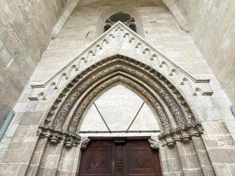 Megújult a székesegyház kapuzata – Magyar kormánytámogatással restaurálták a gyulafehérvári templom gótikus bejáratát