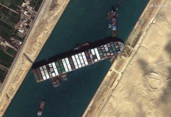 Kiszabadult hétfőn reggela Szuezi-csatornát egy hete elzáró teherhajó