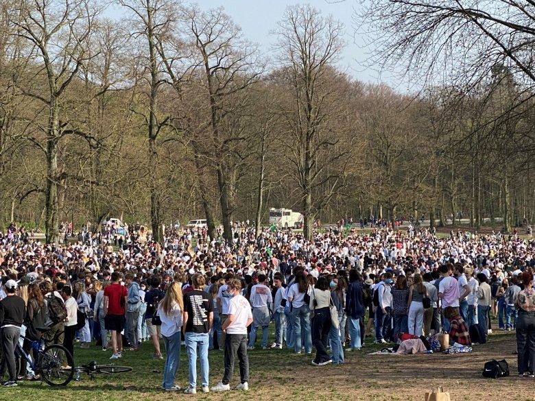 Vízágyúkkal oszlatott fel egy több ezer fős bolondok napi partit a rendőrség Brüsszelben