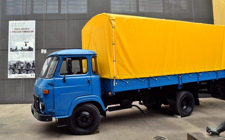 Kiállították Hódmezővásárhelyen a '89-es forradalom egyetlen magyarországi áldozatának teherautóját