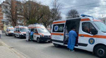 Mentők állnak sorban a kórház előtt Aradon a megyei önkormányzat elnöke által posztolt fotó szerint