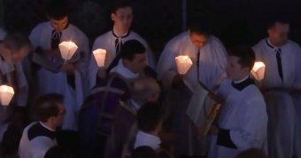 Papokat vettek őrizetbe Párizsban a maszk és távolságtartás nélküli húsvéti mise miatt