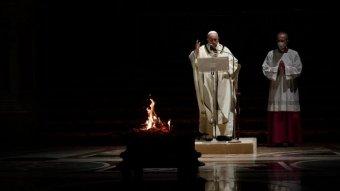 """Ferenc pápa újraindulást szorgalmazott a járvány """"romjain"""" a nagyszombat esti virrasztáson"""