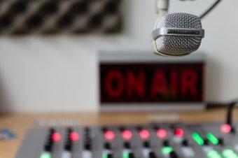 Koronavírussal kapcsolatos összeesküvés-elméleteket lehetett hallani egy német rádióban